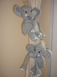 2 gehäkelte Elefanten - Kuscheltiere - Gardinenraffhalter - Kinderzimmerdeko