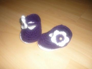 Gehäkelte Babyschuhe - süße lila Babybalerina mit Blüte - Fußlänge ca. 8cm - Handarbeit kaufen