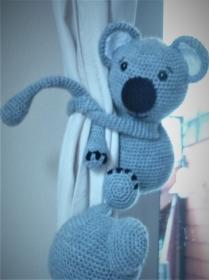 2 gehäkelte Koalas in grau - Kuscheltiere - Gardinenraffhalter - Kinderzimmerdeko - Handarbeit kaufen