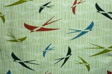 ✂ Patchworkstoff Meterware Silver Fly Away bunte Vögel  - Handarbeit kaufen