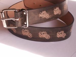 Schwarzer Ledergürtel mit einpunzierten Motorrädern, 4 cm Breite, 120 cm Länge
