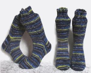 Handgestrickte Socken 43/44 Fantasymuster ♀unisex♂ Farbverlauf schwarz, blau, gelb und weiß ☆ Verrückte Maschen