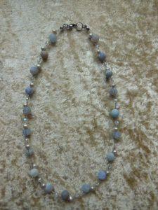 Elegant, zarte  Kette aus hellblauem weathering Achat und grauen Süßwasserperlen