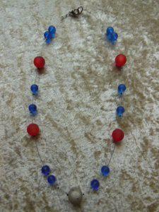 Sommerlich, leichte Kette aus blauen und roten Polarisperlen