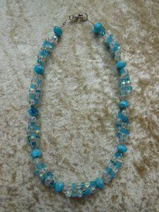 Kette aus Ozeanblauen und klaren Glaselementen