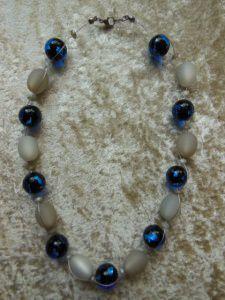 Kette aus grauen Polaris Ovalen und dunkelblauen Glaskugeln