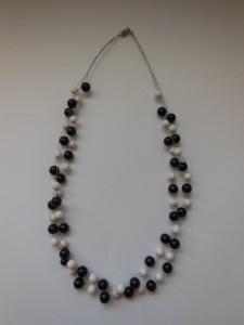 Holzkette aus Nachtblauen und weißen Perlen