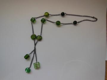 Lange Y-Gliederkette mit grünen Glaselementen