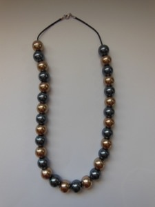 Opulent große Perlen in Gold und Grau