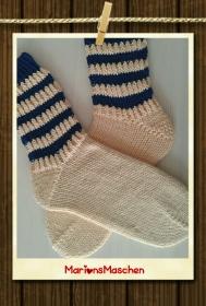 Handgestrickte Socken für jung und alt - mit Streifen