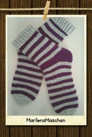 Handgestrickte Socken für jung und alt - gestreift in grau und lila