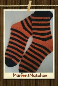 Mit ❤ handgestrickte Socken für jung und alt - Ringelsocken in orange und marineblau