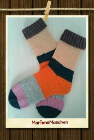 Handgestrickte Socken mit viel ❤ für jung und alt - kunterbunt in Blockstreifen