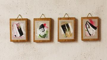 4 x kleine, abstakte Bilder aufgeleimt auf Holz mit Aufhänger