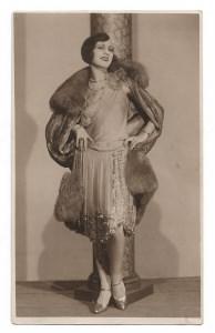 Alte Foto Postkarte  ★ FEMME FATALE ★ elegante,  schöne Frau mit Pelzcape und Perlenkette ★  20er Jahre