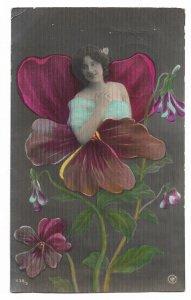 Alte Jugendstil 3 D Postkarte  ★ DIE BLUMENFRAU ★ Veilchen mit hübschem Mädchen 1908