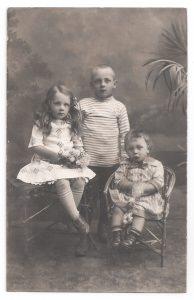 Alte Foto Postkarte  ★ DREI KLEINE GESCHWISTER ★  elegante Kinder um 1910