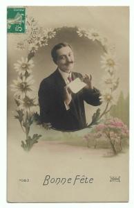 Alte  Foto Postkarte Glückwunsch  ★ BONNE FÊTE  ★  Mann mit Brief und Margeriten 1910