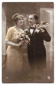 Alte Foto Postkarte Glückwunsch  ★ BONNE FÊTE ★  Mann und Frau mit Blumenstrauß, 1913