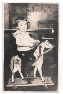 Altes Foto  ★ DIE REITSTUNDE ★ süßer, kleiner Junge reitet auf Spielzeugpferd um 1910