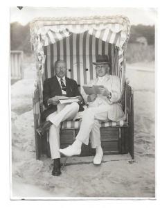 Altes Foto ★ 2 HERREN IM STRANDKORB ★  elegante Männer bei der Lektüre am Strand, um 1920