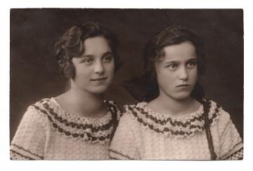Alte Foto Postkarte  ★ SCHWESTERHERZ ★ zwei hübsche Geschwister, 1910er Jahre
