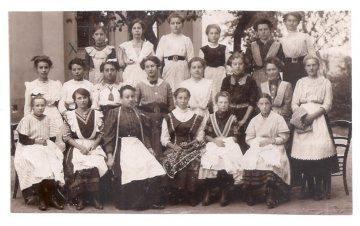 Alte Foto Postkarte  ★ HANDARBEITSSCHULE ★ Mädchen mit ihrer Handarbeitslehrerin,  19011