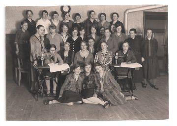 Alte Foto Postkarte  ★ DER NÄHKURS ★ Gruppenfoto junger Frauen mit Nähmaschinen, 1920er Jahre