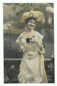 Alte Foto Postkarte  ★ EIN SCHÖNES DÉCOLLETÉ ★  Frau mit großem Strohhut und Spitzenkleid, 1905