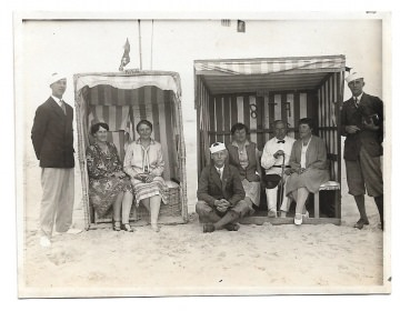 Altes Foto ★ ELEGANTE PERSONEN IM STRANDKORB ★ 1920er Jahre