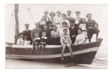 Alte Foto Postkarte  ★ 23 PERSONEN IN EINEM BOOT ★  Fischerboot am Ostsee-Strand, 1910