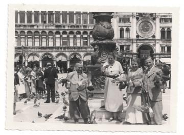 Altes Foto ★TAUBENFÜTTERUNG IN VENEDIG★ Personen füttern Tauben auf dem Markusplatz, 1930er Jahre