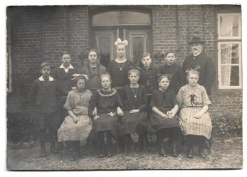 Altes Foto ★ SCHÜLER EINER DORFSCHULE ★ Klassenfoto mit Lehrer, um 1915