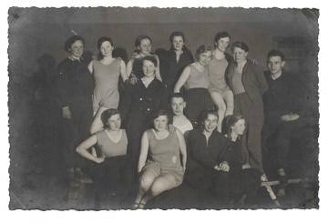 Alte Foto Postkarte ★ SPORTSTUNDE ★ junge Frauen und Männer in Turnkleidung, 1920er Jahre