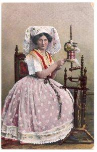 Alte Foto Postkarte  ★FRAU AM SPINNRAD ★  Frau in Spreewald-Tracht beim Spinnen, 1921