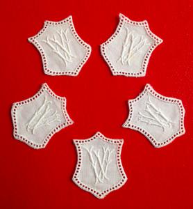 ★ VV   MONOGRAMME ANTIK  ★ 5  Stück gestickte weiße vintage Buchstaben Wäschezeichen zum Aufnähen