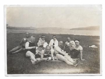 Altes Foto ★ PICNIC AUF DER WIESE ★  Personen im Badeanzug trinken Kaffee, 1920er Jahre
