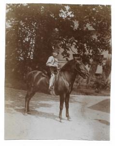 Altes Foto ★ KLEINER JUNGE IN LEDERHOSE REITET AUF PFERD ★  1910
