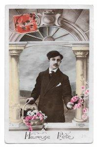 Alte Postkarte ★ HEUREUSE FÊTE ★ Mann mit Blumenkorb und Rosen, Glückwunsch Frankreich um 1910