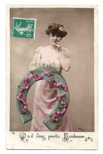 Alte Postkarte ★ QU IL VOUS PORTE BONHEUR ★ Frau mit großem Hufeisen und Rosengirlande, Glückwunsch Frankreich um 1910