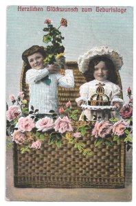 Alte Foto Postkarte Glückwunsch ★ KINDER MIT BLUMENSTRAUß UND TORTE  ★ 1909