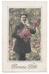 Alte  Foto Postkarte Glückwunsch  ★ BONNE FÊTE  ★  Mann mit Blumenstrauß und Rose