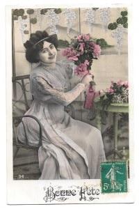 Alte  Foto Postkarte Glückwunsch  ★ BONNE FÊTE  ★ schöne Frau mit Blumenstrauß, 1911