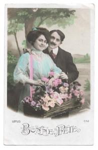 Alte  Foto Postkarte Glückwunsch  ★ BONNE FÊTE  ★ Mann umarmt Frau mit Blumenkorb, 1910