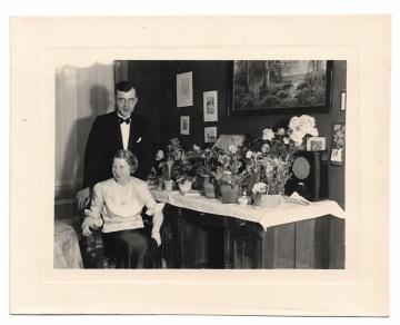 Altes Foto ★ DAS GEBURTSTAGSKIND ★ elegante Frau sitzt am Gabentisch, 1930er Jahre