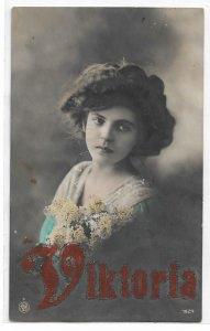 Alte Foto Postkarte  ★ DIE ERNSTE VIKTORIA ★ hübsches Mädchen mit Blumen