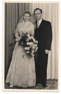 Alte Foto Postkarte ★ BRAUTPAAR ★ Braut mit Brautschleier und großem Brautstrauß, Hochzeit 1955
