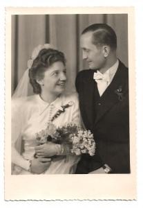 Alte Foto Postkarte ★ BRAUTPAAR  ★ strahlende Braut mit Brautstrauß und Bräutigam, Hochzeit 30er Jahre