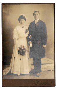 Altes Foto ★ BRAUTPAAR  AUS  CHEMNITZ ★  Braut mit Schleier und Brautstrauß, Bräutigam mit Mantel, um 1900