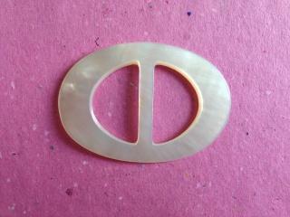Kleine vintage Perlmuttschnalle naturweiß oval 5,8 cm x  4,1 cm